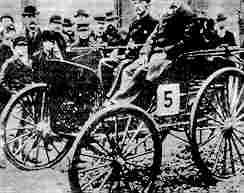 Победитель первых в Соединенных Штатах автомобильных соревнований Френк Дюрайи (Чикаго -