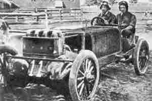 Уолтер Кристи за рулем своего монстра с поперечным расположением 4-цилиндрового, 36-клапанного