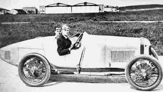 Генри Сигрейв позирует за рулем Sunbeam 2,0L, на котором он победил в GP de I'ACF 1923 года