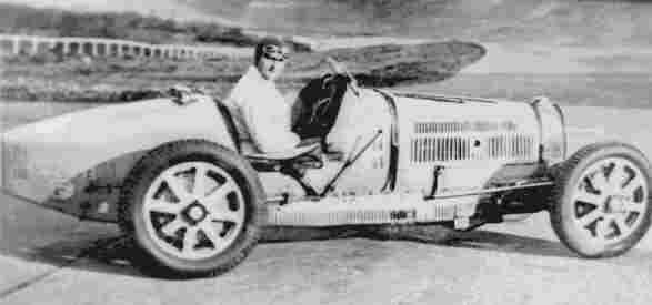 Вице-чемпион Европы 1931 года Луи Широн позирует на своем Bugatti 51 на треке Лина-Моплери