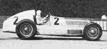 Чемпион Европы 1935 года Рудольф Караччиоло (Mercedes-Benz W25C) на трассе GP de I'ACF