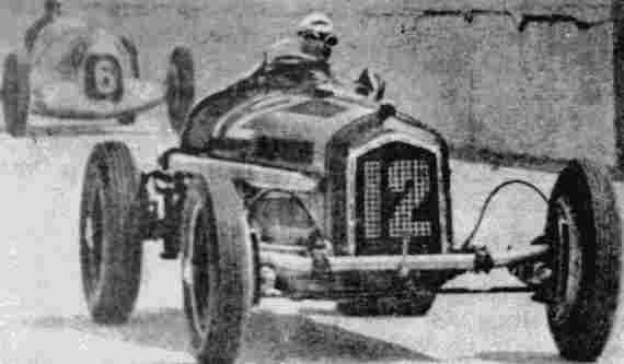 Тацио Нуволари (Alfa-Romeo B) лидирует в гонках на Большой Приз Германии 1935 года. За ним -