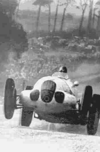 Манфред фон Браухич проходит на своем Mercedes-Benz W125 лучший круг гонок на Большой Приз